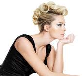 Çekici genç kadın kıvırcık, helezon saç modeli ile — Stok fotoğraf