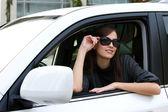 新しい車の中で美しい若い女性 — ストック写真