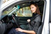 Mujer sujeta el cinturón de seguridad en el coche — Foto de Stock
