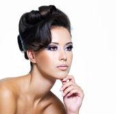 Modern kıvırcık saç modeli ile seksi kadın — Stok fotoğraf