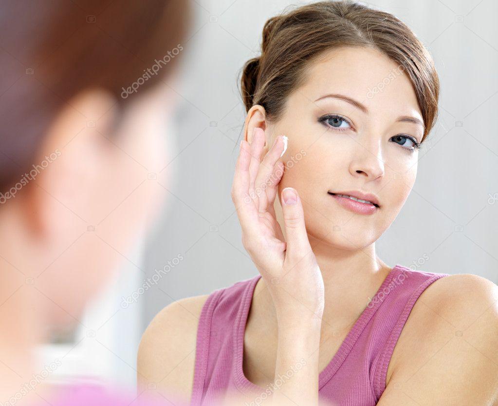 Kvinna omsorg av hennes vackra hud i ansiktet — Stockfotografi ...