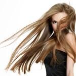 menina adolescente, sacudindo a cabeça com cabelo comprido — Foto Stock