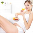 Pregnant woman eating fresh fruits — Stock Photo