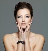 黒の爪をセクシーな若い女性の魅力 — ストック写真
