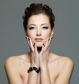 Glamour sexy jeune femelle avec les ongles noirs — Photo