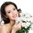 Happy woman with bouquet of flowers — ストック写真