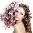 Spring flowers in hair of woman — Stock fotografie