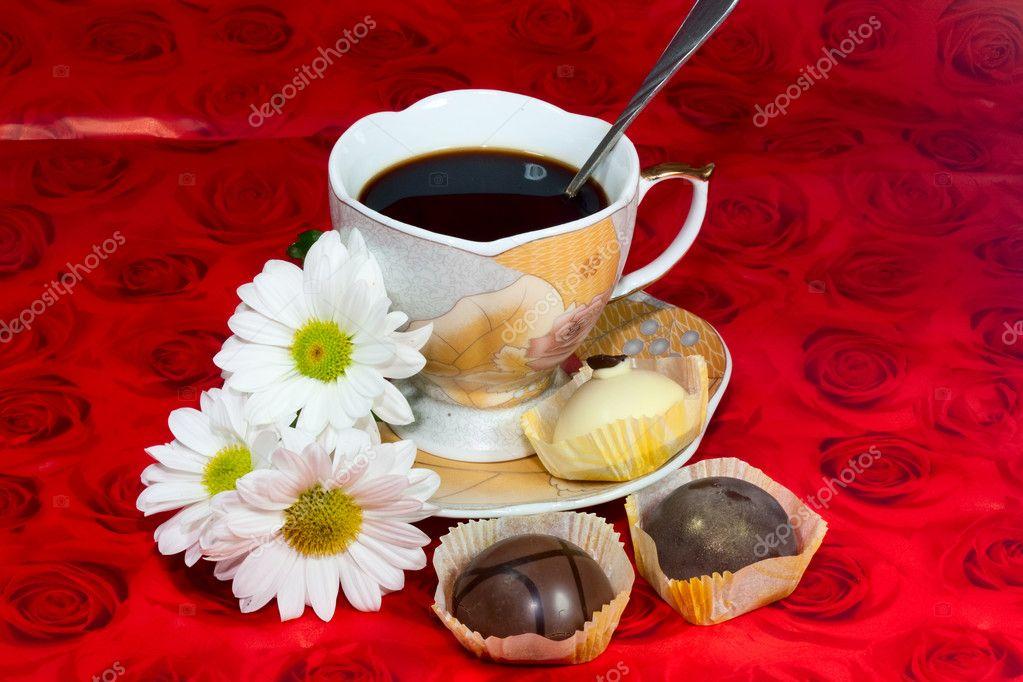 Цветы и чашка кофе