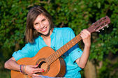 Teenage girl with guitar — Stockfoto
