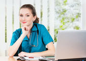 Doctor with laptop — Stockfoto