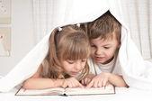 Enfants avec le livre — Photo