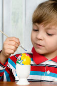 çocuk ve paskalya yumurtası — Stok fotoğraf