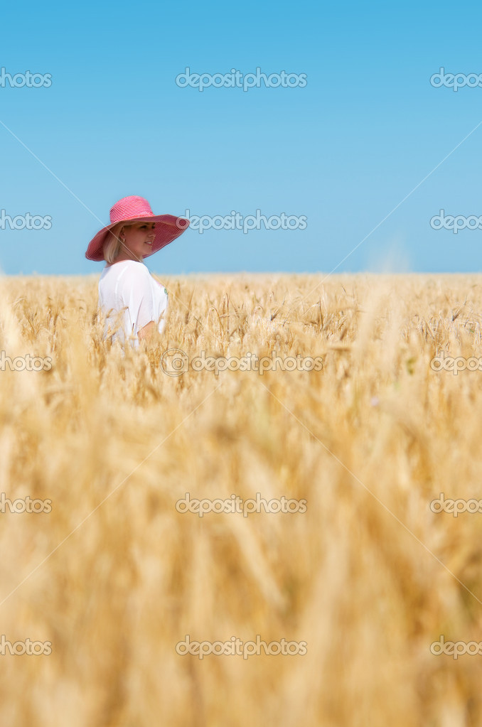 Beautiful woman with hat in wheat meadow on sunny day — Stock Photo #5271540