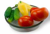 Salatalık, domates ve biber bir plaka — Stok fotoğraf