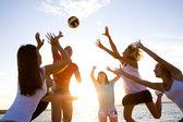 Volleybal op het strand — Stockfoto