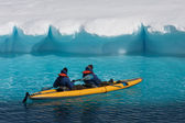 Two men in a canoe — Stockfoto