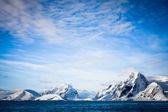 雪をかぶった山々 — ストック写真