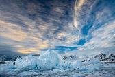 Belas montanhas cobertas de neve — Foto Stock