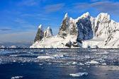 заснеженные горы в антарктиде — Стоковое фото