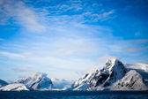 Vackra snöklädda berg — Stockfoto