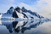 Schneebedeckte berge — Stockfoto