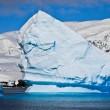 reusachtige ijsberg in antarctica — Stockfoto