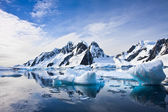 Güzel karla kaplı dağlar — Stok fotoğraf