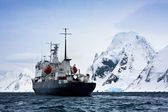 большой корабль в антарктике — Стоковое фото