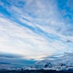 Красивые заснеженные горы — Стоковое фото