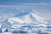 Met sneeuw bedekte bergen — Stockfoto