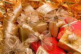Weihnachten hintergrund. glänzende geschenke. — Stockfoto