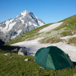 Mountaneers tent in the mpuntains — Stock Photo