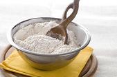 Harina blanca en tazón de fuente — Foto de Stock