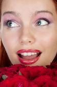美しい女性のバラの花束に驚いて — ストック写真