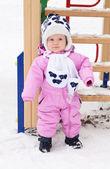 прекрасный девочка на прогулку на зимний день — Стоковое фото