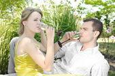 Молодая пара празднует с шампанским вместе, на открытом воздухе — Стоковое фото