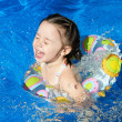 Girl playing in water — Stockfoto