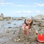 Child building sand castle — Stock Photo