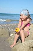 Small girlwith peach in hand — Fotografia Stock