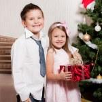 dziewczyna i chłopak w pobliżu Choinka — Zdjęcie stockowe