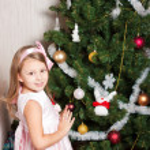 bella ragazza prescolare decorare l'albero di Natale — Foto Stock