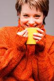 Femme avec une tasse dans les mains — Photo