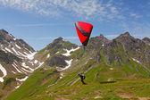 İsviçre alpleri'nde yamaç paraşütü — Stok fotoğraf