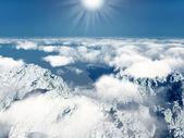 Montagne e nuvole con il sole — Foto Stock