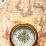 在古地图上的旧指南针 — 图库照片