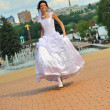 The running bride — Stock Photo