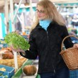 Young woman at the market buys — Foto Stock