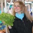 Smiling woman at the market with a salad — Lizenzfreies Foto