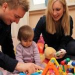 madre y padre jugando felizmente con su niño — Foto de Stock