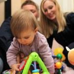 小さな子供を持つ家族の幸せ — ストック写真